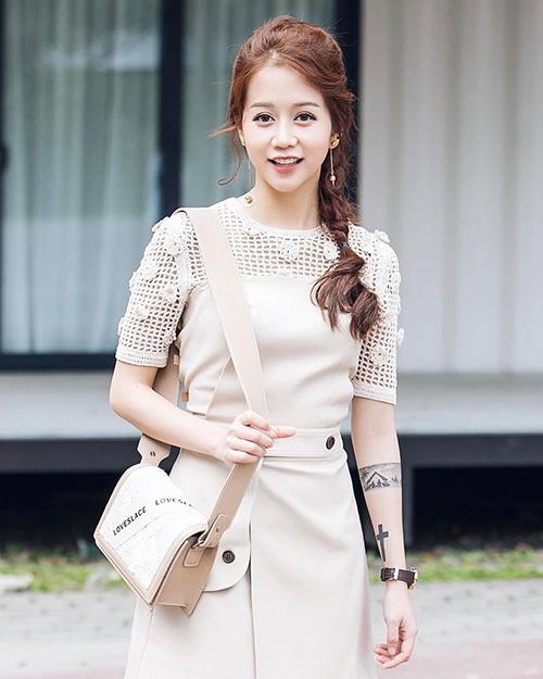 Ngoài mái tóc xoăn nâu sáng đậm chất Hàn Quốc đã thành thương hiệu, An Nguy còn thường xuyên biến tấu kiểu tóc giúp gương mặt thêm phần trẻ trung. Cô nàng ưa chuộng các kiểu tóc tết bím, buộc lỏng hay trang trí bằng kẹp tăm.