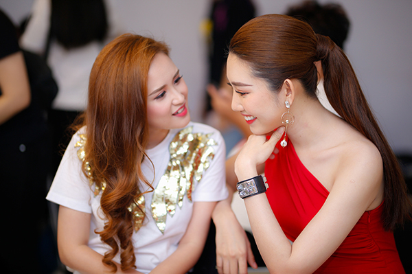 Khi gặp lại nhau ở hậu trường, cả hai tay bắt mặt mừng, trò chuyện vui vẻ khi ôn lại chuyện cũ.