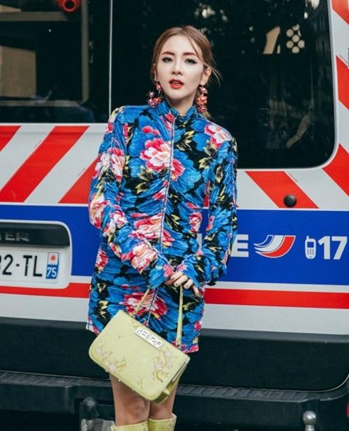 Ảnh chụp Dara tham dự sự kiện của Kenzo tại Paris Fashion Week. Outfit và cách make upnày được fan bình chọn là một trong những diện mạo khó coi nhất của Dara từ trước đến nay.