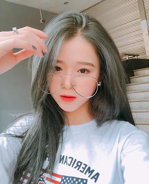 Việc chọn những màu tóc quá sáng khi vẫn còn đi học khiến Linh Ka thường xuyên thành tâm điểm ném đá.