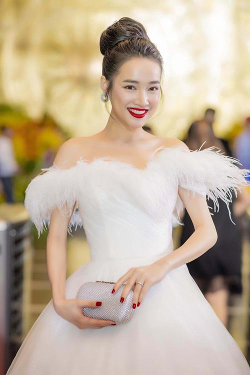 Gần sát ngày cưới, Nhã Phương trông càng gầy guộc khiến không ít fan lo lắng cho tình hình sức khỏe của cô nàng.