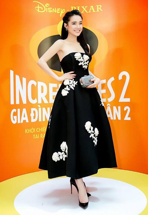 Các kiểu váy hai dây, váy quây hay đồ trễ vai không thích hợp với người mỏng như lá lúa giống Nhã Phương. Tuy nhiên đây vẫn là kiểu đồ quen thuộc của nữ diễn viên khi đi sự kiện.