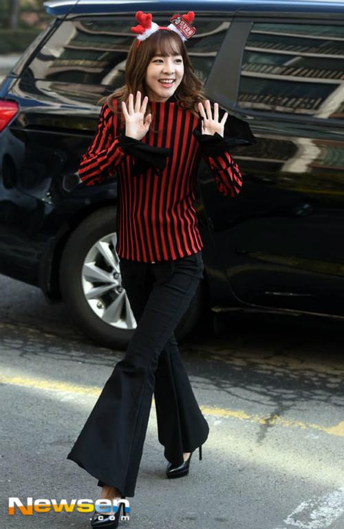 Dara bị chê già như bà thím khi diện trang phục chẳng giống ai - 6