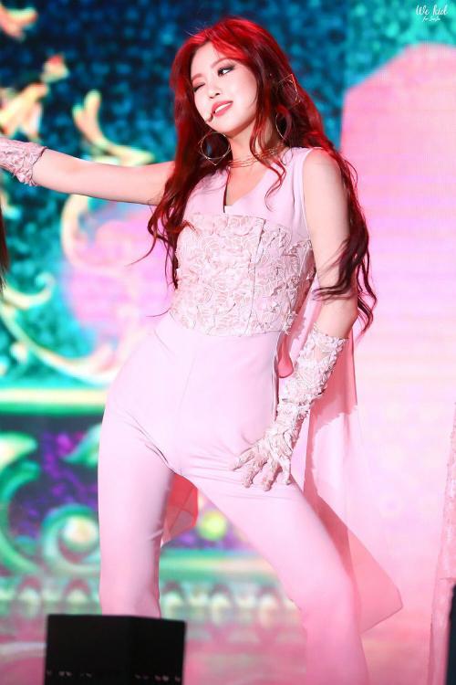 Mỗi khi trình diễn trên sân khấu, cô nàng toát lên khí chất ma mị khó cưỡng khiến khán giả không thể rời mắt. \