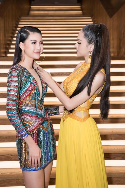 Hương Giang bày tỏ sự quan tâm khi chỉnh sửa lại áo cho Quỳnh Hoa. Tại cuộc thi vừa qua