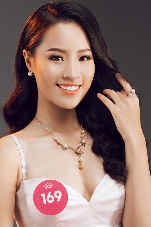 Nguyễn Hoàng Bảo Châu cũng là thí sinh sáng giá của cuộc thi năm nay dù mới 18 tuổi. Cô cao 1,73m, số đo 85-60-93 và vừa đậu Học viện Ngân hàng.