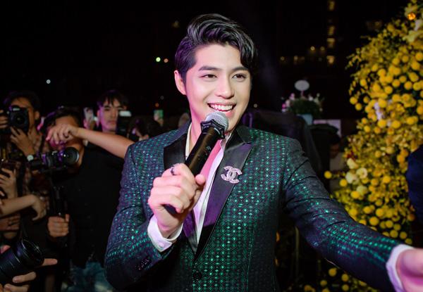 Trong sự kiện khai trương, nam HLV Giọng hát Việt 2018 không quên đến những ca khúc sôi động như Mãi mãi bên nhau, Hold Me Tonight và bản hit mới nhất Đến với nhau là sai.
