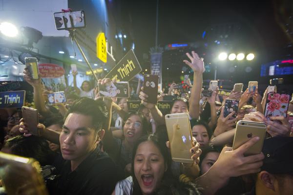 gần như cả tuyến phố ùn tắc, ai cũng nán lại để gặp Noo Phước Thịnh.