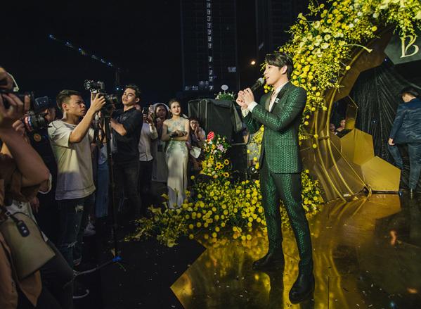 Trước khi sự kiện diễn ra, trời Hà Nội đổ mưa khá lớn nhưng điều đó không ảnh hưởng tới tình cảm, sự mong ngóng của fan dành cho Noo Phước Thịnh.