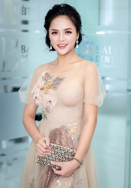 Khoác lên mình bộ váy ren màu nude thướt tha của thương hiệu SHE by Hoa Nguyen, nữ diễn viên trở nên vô cùng xinh đẹp như nàng công chúa.