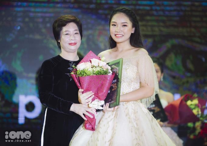 <p> Với sự tự tin và đầy bản lĩnh của mình. Vũ Nam Trang Linh lớp chuyên Toán đã xuất sắc vượt qua 9 thí sinh để giành ngôi vị cao nhất.</p>