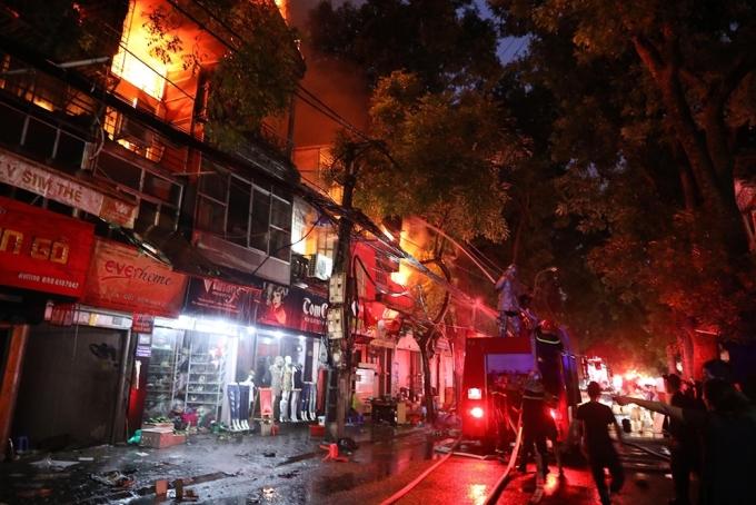 """<p> Khoảng 18h ngày 17/9, <a href=""""https://ione.net/tin-tuc/nhip-song/chay-lon-gan-benh-vien-nhi-ha-noi-nhieu-cua-hang-bi-thieu-rui-3810920.html"""">đám cháy lớn bùng lên</a> từ một ngôi nhà trên phố Đê La Thành (Hà Nội), cách bệnh viện Nhi Trung ương và bệnh viện Phụ sản khoảng vài chục mét. 30 phút sau, lửa lan rộng ra 5 cửa hàng gần đó. Ảnh: Ngọc Thành.</p>"""