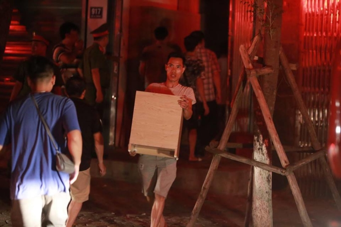 Người dân náo loạn sơ tán, chuyển đồ trong đám cháy lớn ở Hà Nội