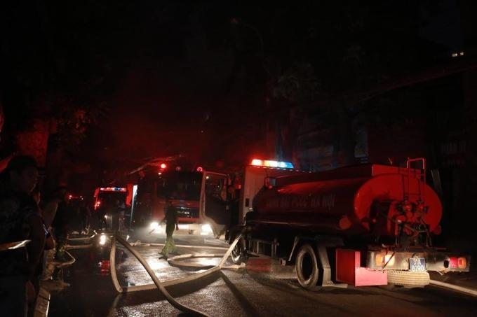 <p> Lúc 19h, các xe cứu hỏa được điều động đến hiện trường, phun vòi rồng vào đám cháy từ nhiều hướng. Đám cháy được khống chế ở một mặt, nhưng lửa sau đó lan ra mặt sau, tiếp tục bùng cháy dữ dội.</p>