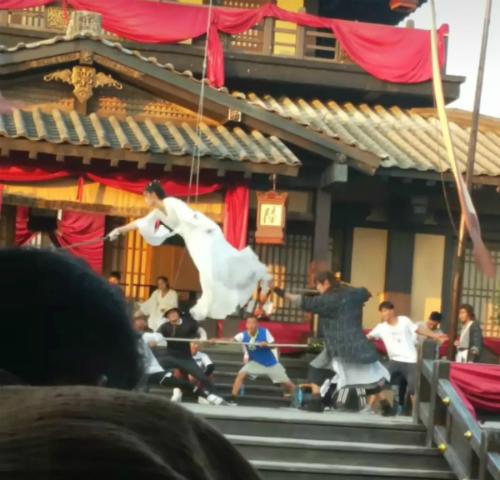 Hậu trường phân cảnh đại hội võ lâm, Dương Quá và Tiểu Long Nữ song kiếm hợp bích được nhân viên trường quay tiết lộ.