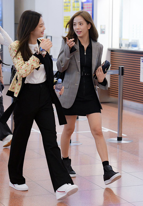Áo blazer làmón đồ được ưa chuộng nhất khi trời vào thu. Ji Soo mix cùng chân váy nữ tính.