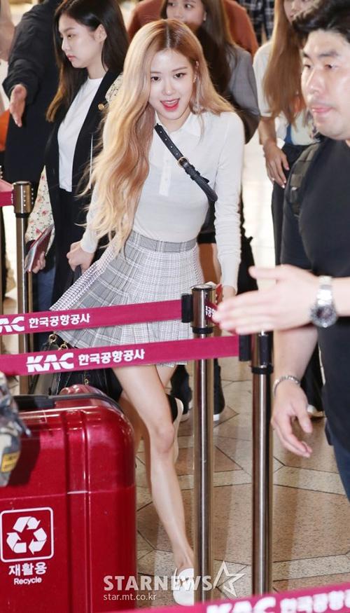 Các thành viên Black Pink ra sân bay sang Nhật. Rosé xuất hiện với bộ trang phục chuẩn nữ sinh với chân váy caro, túi Fanny back tăng nét sang chảnh.Tuy nhiên, đôi chân gầy tong teo, cặp đùi nhỏ xíucủa nữ ca sĩ trở thành đề tài bàn tán.