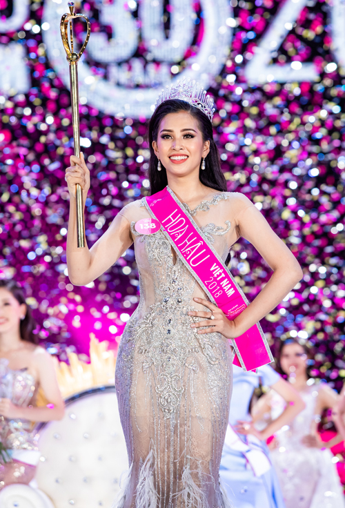 Trải qua 6 tháng tính từ ngày bắt đầu tuyển sinh, Hoa hậu Việt Nam 2018 đã chọn ra người đăng quang ngôi vị cao nhất trong đêm chung kết tối 16/9 tại TP HCM. Vương miện cao quý đánh dấu 30 năm Hoa hậu Việt Nam thuộc về Trần Tiểu Vy, sinh năm 2000, đến từ TP HCM, quê gốc Quảng Nam.