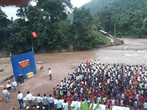 Lễ khai giảng bên bờ suối ở trường Nậm Ngà (Lai Châu). Ảnh: N.L.K