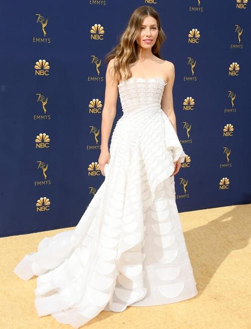 Jessical Biel cũng chọn đầm trắng giống Scarlett Johansson. Nhiều người nhận xét đây là trang phục đẹp nhất Emmy 2018 năm nay.
