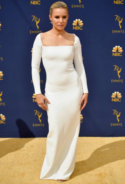 Nữ diễn viên Kristen Bell diện đầm trắng có thiết kế cổ thuyền đơn giản nhưng cũng không kém phần sang trọng.