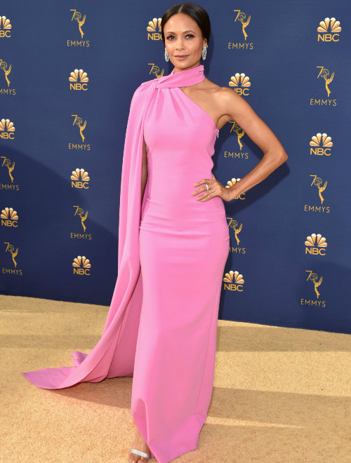 Thandie Newton mặc đầm màu hồng và đeo trang sức đến từ Harry Winston.