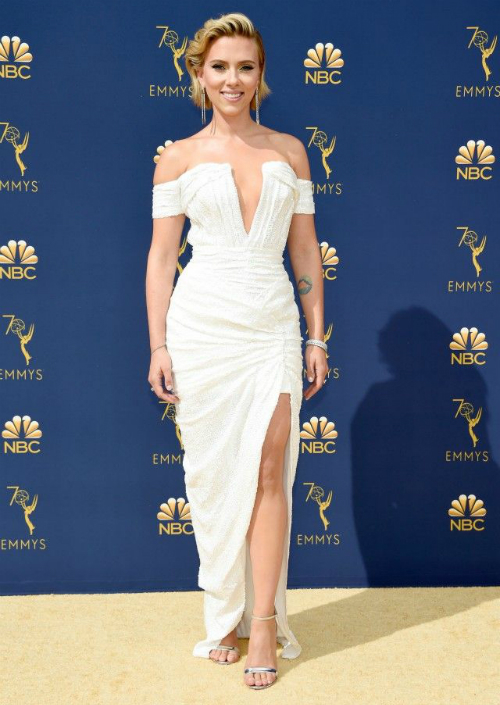 Người đẹp Scarlett Johansson diện váy trắng bó sát khoe đường cong nóng bỏng.