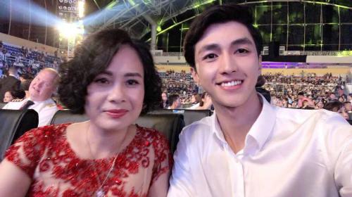 Bình An và mẹ nuôi trong đêm Chung kết Hoa hậu Việt Nam 2018.