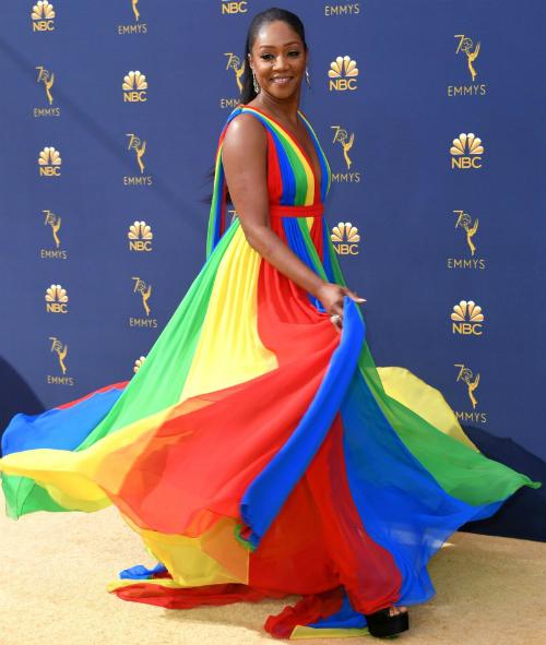 Tiffany Haddish và trang phục rực rỡ nhất sự kiện Emmy năm nay. Nữ diễn viên lựa chọn đầm của Prabal Gurung, trang sức Lorraine Schwartz và giày cao gót Brian Atwood.