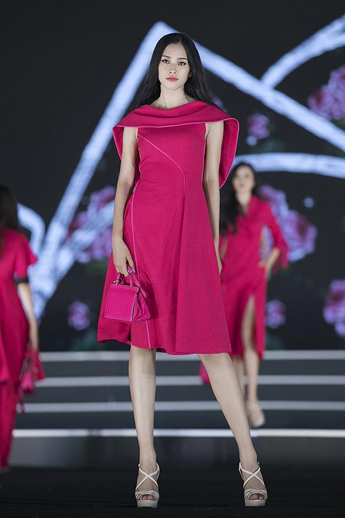 Trần Tiểu Vy đi đúng một đôi giày xuyên suốt Hoa hậu Việt Nam 2018 - 4