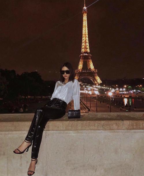 Mẫu túi mini xinh xắn, đựng vừa sạc dự phòng, son, thẻ ATM của Yves Saint Laurent được lòng Quỳnh Anh Shyn trong các chuyến du lịch nước ngoài.