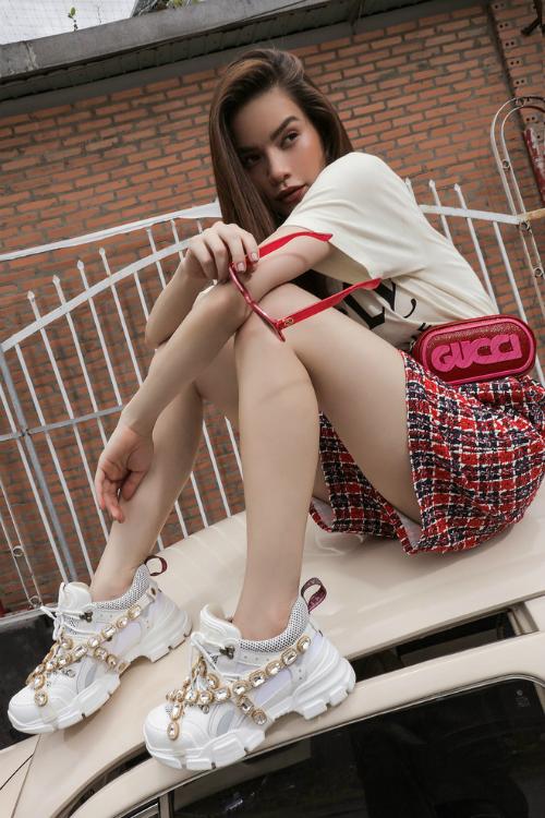 Đôi Flashtrek của Gucci có rất nhiều màu sắc, phiên bản cho các tín đồ thời trang lựa chọn. Riêng Hà Hồ, cô rinh về cho mình 1 đôi màu nâu, 1 đôi màu trắng chủ đạo để tiện thay đổi khi mix đồ.
