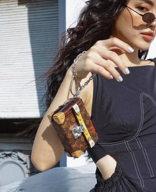 Là fashionista hàng đầu showbiz, Khánh Linh The Face trưng trổ hàng hiệu một cách khéo léo. Cô kết hợp túi mini của Louis Vuitton cùng trang phục denim hầm hố.