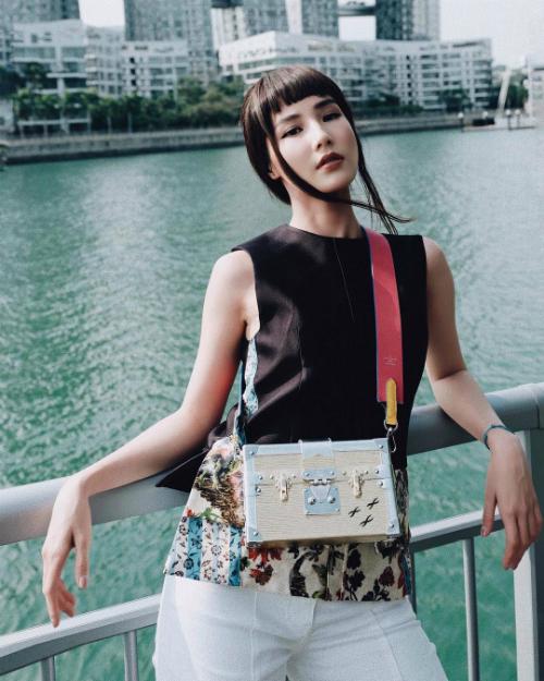 Túi Louis Vuitton size mini với kiểu dáng cứng cáp, sang trọng là mẫu phụ kiện giúp Diễm My 9X nổi bần bật khi xuống phố.