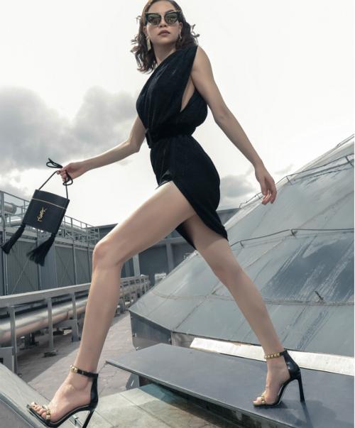 Hồ Ngọc Hà sang trọng, quyền lực khi phối hợp túi mini của YSL cùng váy xẻ cao hút mắt.
