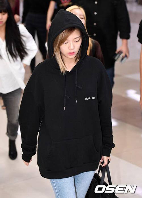 Các cô gái nhà JYP đều cúi mặt, không nở nụ cười khi xuất hiện trước ống kính. Việc phải bay đi, bay lại nhiều lần khiến nhóm kiệt sức.