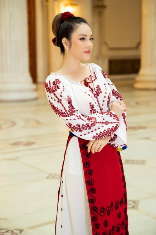 Vừa qua, Lý Nhã Kỳ có chuyến công tác tại Romania trong vai trò lãnh sự danh dự tại TP HCM.Diện trang phục truyền thống Romania, Lý Nhã Kỳ khoe vẻ đẹp truyền thống xen lẫn hiện đại.