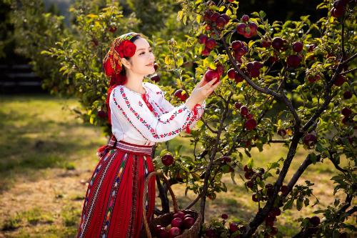 Lựa chọn trang phục truyền thống của Romania trong những ngày làm việc tại đây là cách tôi thể hiện sự tôn trọng, trân quý những giá trị truyền thống của đất nước bạn, cô chia sẻ.