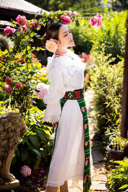 Tông màu trắng chủ đạo kết hợp với nhiều họa tiết đặc trưng từ quốc gia châu Âugiúp nữ diễn viên Gió nghịch mùa thêm phần rạng rỡ.