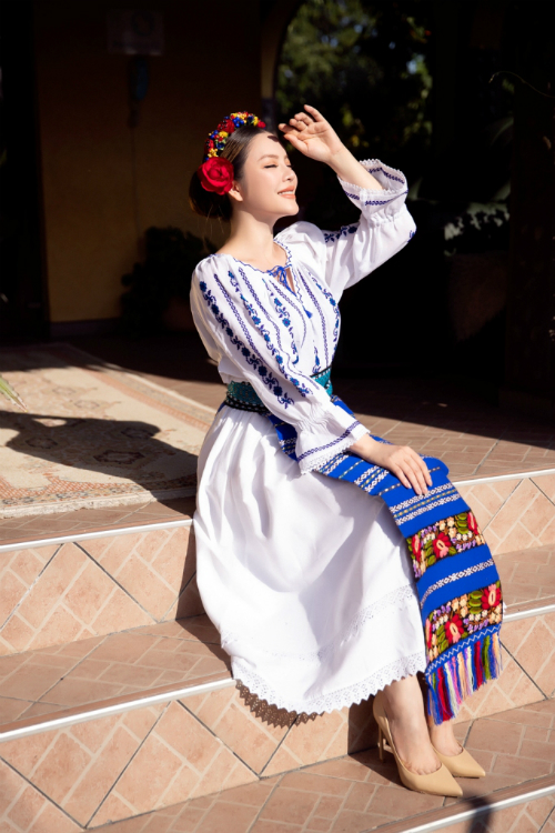 Lý Nhã Kỳ cho biết cô khá thích thú khi diện loạt trang phục truyền thống của quốc gia này.
