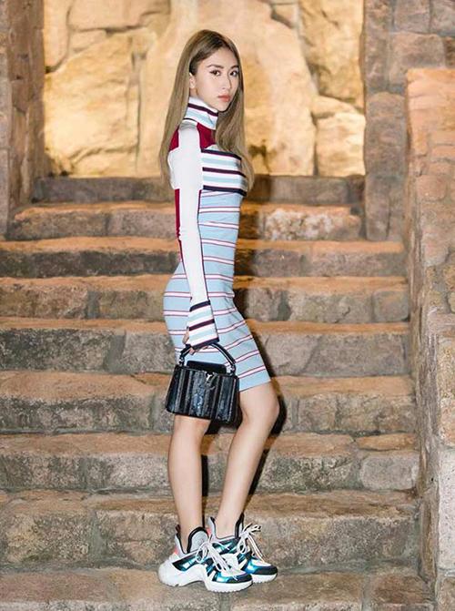 Giày thể thao đang là mốt, đặc biệt là những đôi có thiết kế xấu lạ giống như Louis Vuitton Archlight mà Quynh Anh Shyn đang đi. Khi diện item này, Quỳnh Anh Shyn lộ đôi chân gầy tong, đồng thời không ăn nhập với bộ váy dự tiệc mà cô nàng đang diện, tạo cảm giác chân ngắn hơn nhiều.
