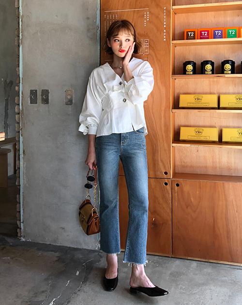 Thay vì đủ các kiểu quần jeans skinny, ống loe, quần cạp trễ..., tủ đồ của bạn chỉ cần có một chiếc quần jeans cạp cao, ống đứng là đã có thể mix với mọi kiểu áo, giúp thân hình trông gọn gàng, cao ráo hơn.