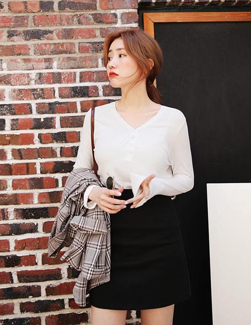 Một chiếc mini skirt, đặc biệt là những tông màu cơ bản như đen, trắng, nâu có thể mix theo 101 cách khác nhau, chắc chắn là item một khi đã sắm bạn không bao giờ thấy phí phạm.
