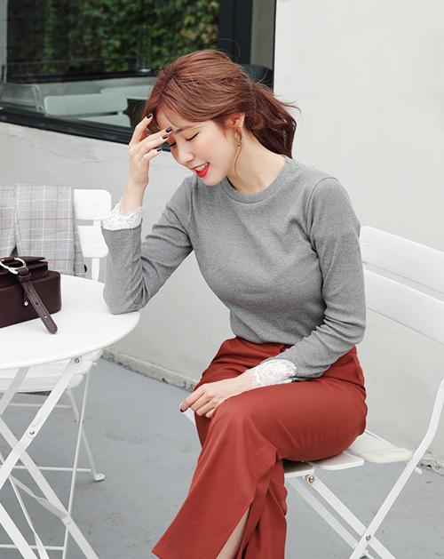 Áo len mỏng là món đồ nàng nào cũng có trong tủ đồ mùa thu, tuy nhiên thay vì các kiểu áo len họa tiết, bạn nên ưu tiên những thiết kế trơn màu, cổ không quá rộng để có thể kết hợp đa dạng nhất.