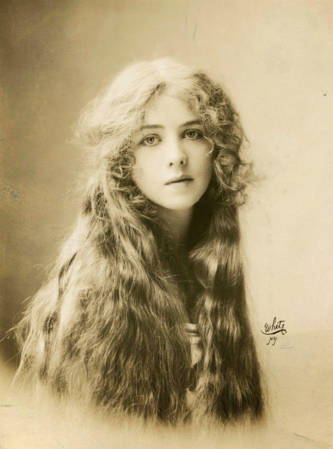<p> <strong>1. Ione Bright</strong><strong>(1887 - 1976)</strong><br /><br /> Một nữ diễn viên bình thường ở nhà hát Broadway, New York, với nhan sắc diễm lệ.</p>