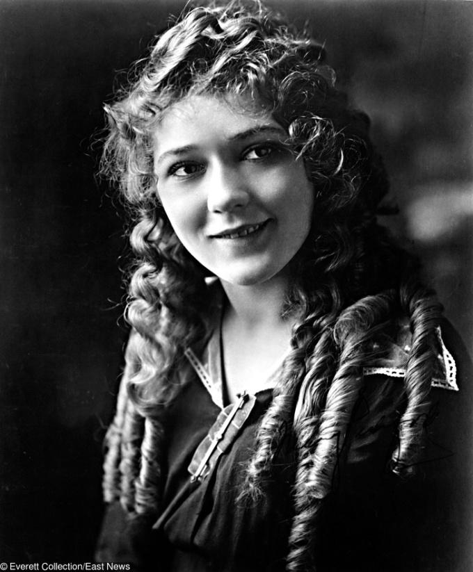 <p> <strong>13. Mary Pickford</strong><strong>(1892 - 1979)</strong><br /><br /> Cô gái tóc xoăn này có tên thật là Gladys Louise Smith, sinh ra tại Canada, và là diễn viên.</p>