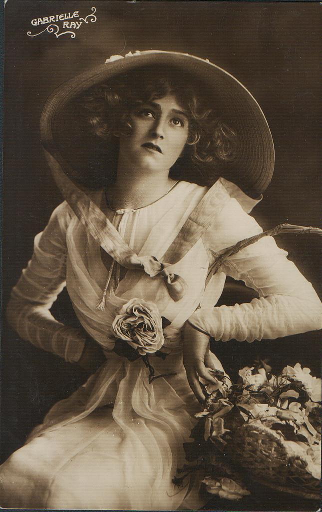 <p> <strong>15. Gabrielle Ray</strong><strong>(1883 - 1973)</strong><br /><br /> Cô là diễn viên, ca sĩ, vũ công người Anh, nổi tiếng trong các vai diễn hài. Cô còn là một trong những phụ nữ được chụp ảnh nhiều nhất trên thế giới.</p>