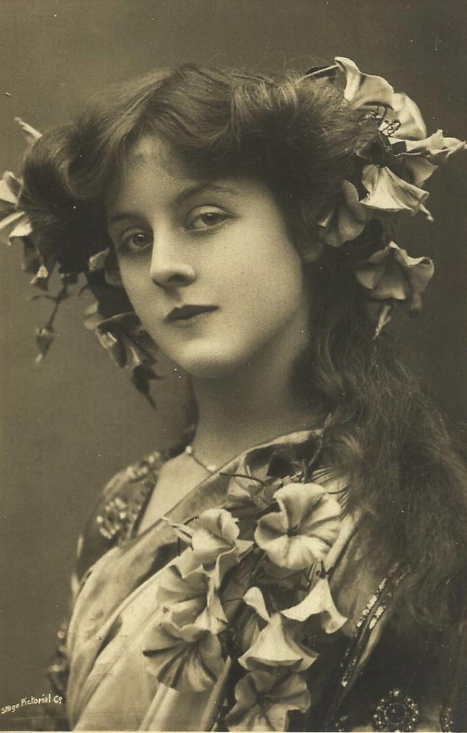 <p> <strong>18. Doris Stocker</strong><br /><br /> Cô là nữ diễn viên người Anh gốc Ấn và là nghệ sĩ âm nhạc của những năm 1900.</p>