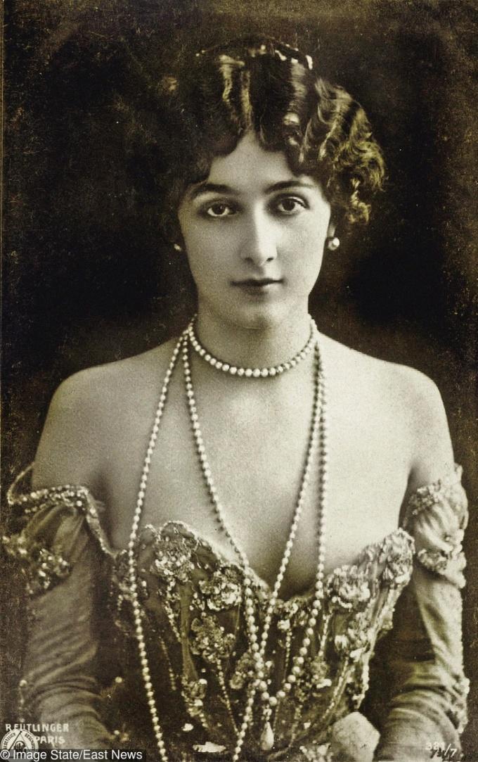 <p> <strong>2. Lina Cavalieri</strong><strong>(1874 - 1944)</strong><br /><br /> Ca sĩ opera nổi tiếng Italy thời bấy giờ, hình ảnh của cô được xuất hiện khắp mọi nơi từ bao bì gói xà phòng cho tới bưu thiếp.</p>