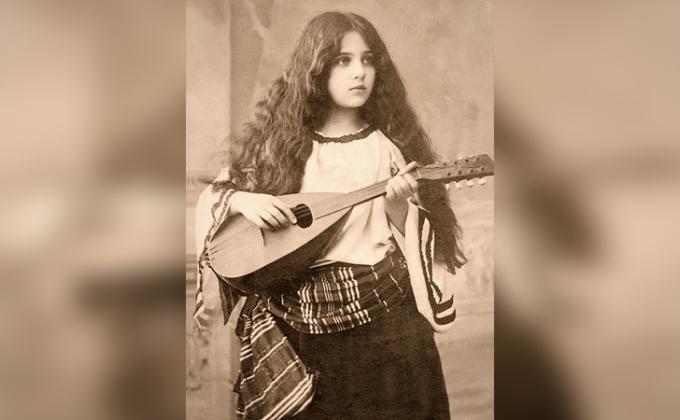 <p> <strong>20. Cô gái Gypsy đánh đàn mandolin</strong><br /><br /> Mái tóc tuyệt đẹp, nét mặt thư thái, cử chỉ thanh lịch và phong cách<br /> độc đáo khiến cô gái trở nên đẹp lạ thường.</p>